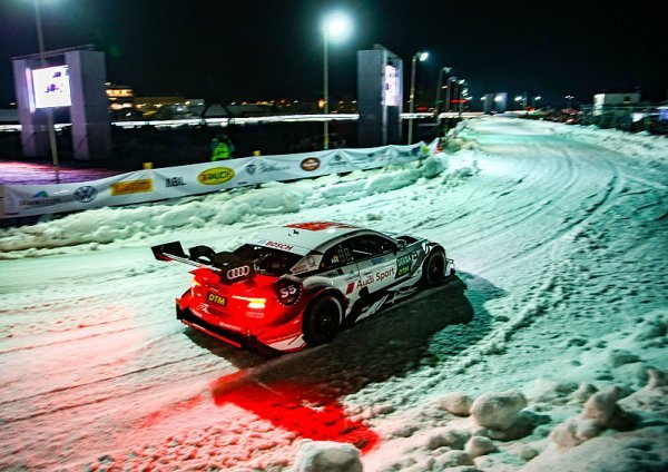 Formule E za sebou táhla lyžaře