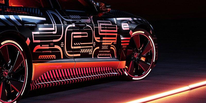 Na Audi e-tron GT se střídají roboti s lidskýma rukama