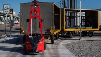 Automatizovaná vozidla rozvážejí díly karoserie