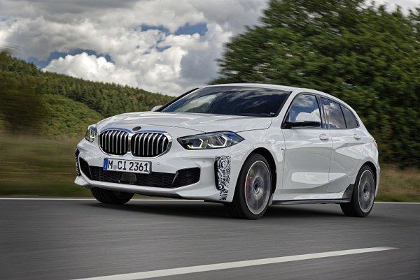 BMW 128ti se prohání po okolí Nürburgringu