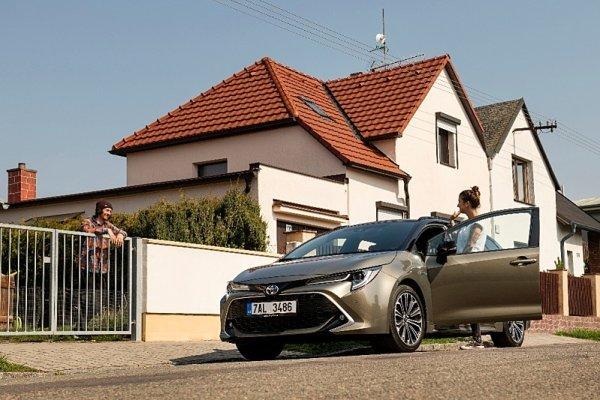 Část Čechů si myslí, že auta zlevní