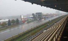 Nepříznivé počasí jezdce na trať nepustilo