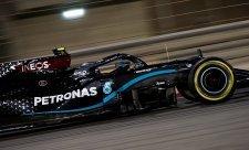 Bottas, Russell a Verstappen v pěti setinkách