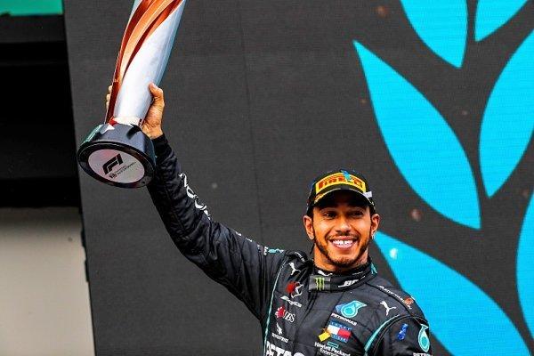Hamilton zvládl 50 kol na přechodných pneumatikách