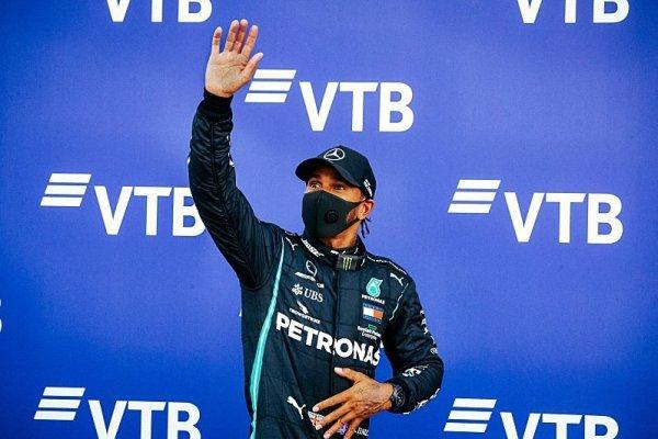 Hamiltonovi hrozila ztráta pole position