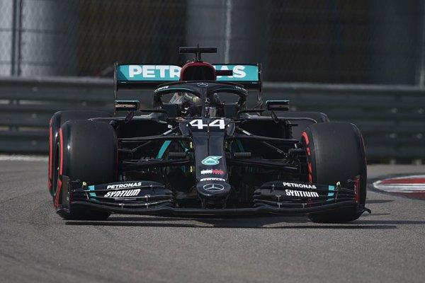 Hamilton na jiné planetě, Bottase zaskočil Verstappen