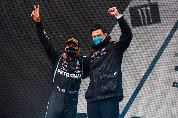 Hamilton chce závoděním změnit svět