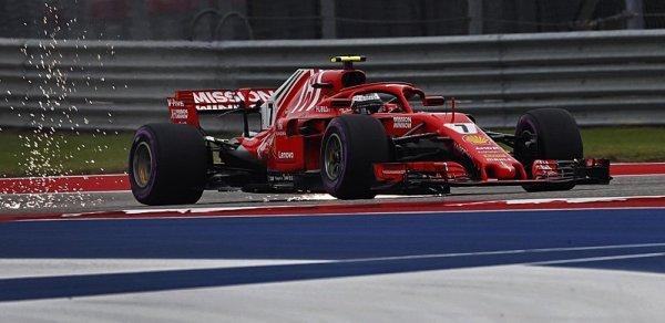 Kimimu stojí v garáži formule 1