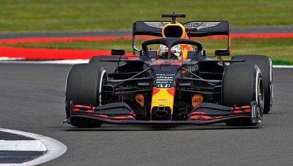 Red Bull vyfoukl Mercedesu triumf brilantní taktikou