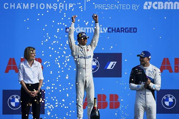 De Vries a Mercedes slaví titul, Nato první triumf
