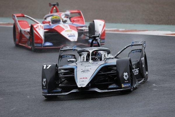 De Vries první v závodě postaveném na hlavu