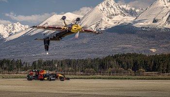 Formule 1 v symbióze s akrobatickým letadlem