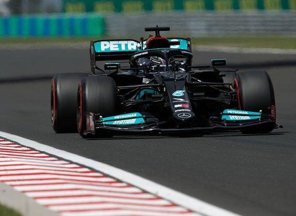 Mercedes obsadil kompletní první řadu, nejrychlejší Hamilton
