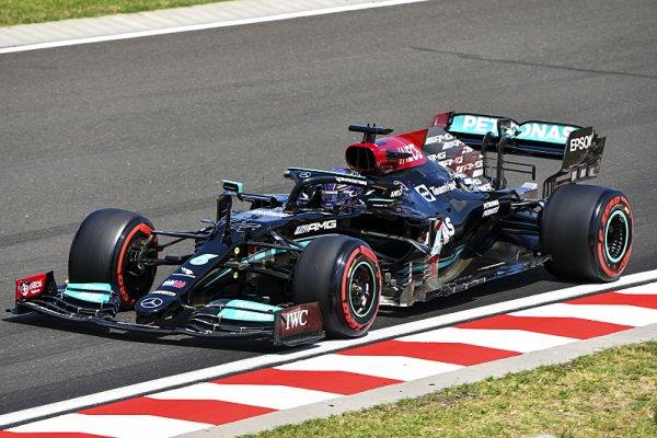 Hamilton v čele, Schumacher ve zdi