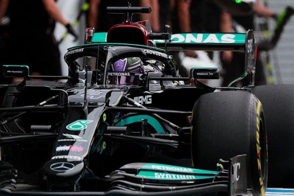 Hamilton nejrychlejší v posledních jízdách před sprintem, Sainz v problémech