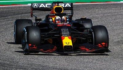 Verstappen odolal v závěru Hamiltonovi a navyšuje vedení v šampionátu