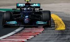 Bottas vystřídal v čele Verstappena