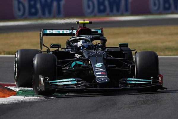 Bottas první v cíli sprintu, pole position bere Verstappen před Ricciardem