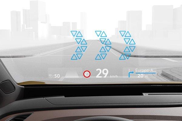 VW zavádí do série průhledový displej s rozšířenou realitou