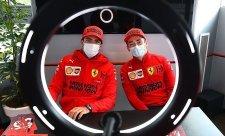 Duo Ferrari na čele, Hamiltonův vůz vypověděl službu