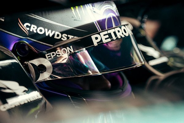 FIA úspěšně zpomalila Mercedes, míní Hamilton
