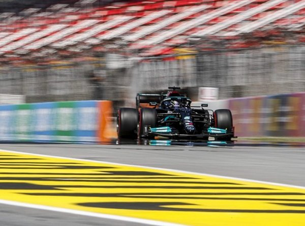 Kočka Hamilton zakousla myš Verstappena