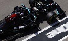 Závod F1 v Portimau vyhrál Hamilton, Verstappen potrestán