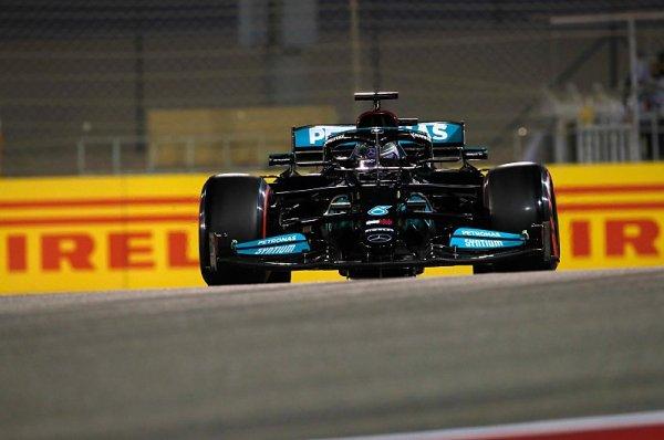 Hamilton se ubránil nervy drásající stíhačce