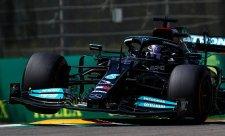 Hamiltonovo předjubilejní pole position málem překazil Pérez