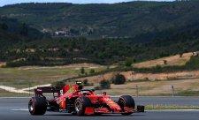Sainz poprvé rychlejší Leclerka
