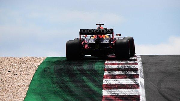 Verstappena zdrželi Vettel a Norris