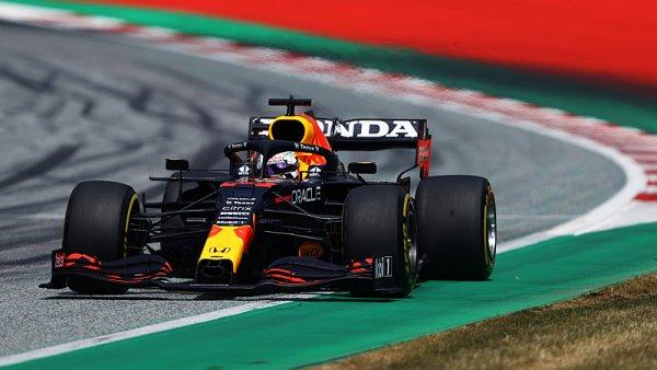 Verstappen jel po kolejích, Hamilton se nevešel na pódium